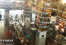 """Το στέκι μας / Σημείο αναφοράς και φυσικά στέκι έχει γίνει πλέον το εστιατόριο - μεζεδοπωλείο """"To Ελληνικό"""" στη Γλυφάδα (οδό Λαζαράκη 28). Από τη Θεσσαλονίκη με τα πέντε υποκαταστήματα και μια μεγάλη εμπειρία κοντά δύο δεκαετίες στο χώρο της εστίασης, σας περιμένουμε στη Γλυφάδα για να σας προσφέρουμε τους πιο νόστιμους ουζομεζέδες, απολαυστικές μερίδες από κρεατικά, θαλασσινά και ορεκτικά."""