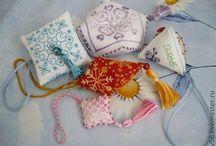 Игольницы / Такие разные по форме, цвету и размеру, но нужные в рукоделии вещицы))