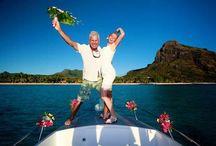 Mariage en bateau / Si certains de mes clients choisissent la plage, d'autres vont au-delà du sable et se jettent à l'eau. L'idée de vous marier en pleine mer, à bord d'un bateau, vous attire ? Découvrez mes photos.