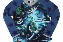 Molo / Molo fashion, voor kinderen met een eigenzinnige charme. De kinderkleding van Molo voedt de fantasie van een kind met sterke kleuren, leuke prints, spannende vormen en gedurfde combinaties. Bij molo, we ze helemaal gek op prints, omdat ze beseffen dat het helpt karakter te geven aan zelfs de kleinste persoonlijkheden. Van een full print met skateboarden tot een sterren shirt.