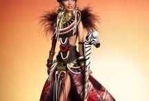 Africa / Kleur (geel, rood, blauw, groen, oranje) Afro. Donker model. Blank model met zwart afro. Zwart wit gestreept