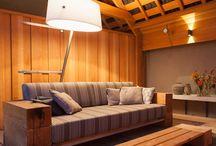 Hout! / Waarom verveelt hout nooit? Hout maakt je huis en tuin levendig. De natuur naar binnen halen, dat voelt goed.  Van hout kun je de mooiste meubels, decoraties en gebouwen maken. Wij houden van hout in huis. Ik deel graag onze ideeen en tips.