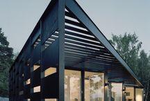 Skräddarsydda arkitektritade hus / Vi skapar skräddarsydda hus för kunder med höga krav på form, funktion och service. Vårt uppdrag är att förverkliga dina drömmars lantställe, utan kompromisser. Vi har lång erfarenhet av att förverkliga arkitektritade hus av högsta klass, även långt ute i skärgården. Vår process gör det enklare för er att få ett individuellt hus. Vi säkerställer att arkitekten skapar ett hus som är optimalt utifrån era önskemål, era tomt och den budget som ni har.