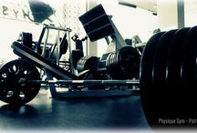 Φωτογραφίες του γυμναστηρίου / Ο εξοπλισμός του γυμναστηρίου από κορυφαίες εταιρίες, όπως: Ivanko, Eleiko, Cybex, Hammer Strength, Life Fitness, Iron Grip, Hampton, Hoist, Freemotion, Star Trac, Keiser, Legend Fitness, Texas Strength Systems και Troy Barbell.