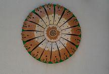 """""""SEGNI BIDIMENSIONALI E TRIDIMENSIONALI"""" / Lavori in ceramica:pannelli, vasi,oggetti vari, totem di grande formato. Lavori in legno:oggetti vari, composizioni, pannelli a tema, monoliti,"""