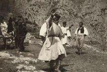 ΜΑΡΙΑ ΧΡΟΥΣΑΚΗ / ΜΑΡΙΑ ΧΡΟΥΣΑΚΗ  (1899-1972) Με τις διάφορες αποστολές του Ερυθρού Σταυρού γύρισε όλη την Ελλάδα. Κατέγραψε τις συμφορές που βρήκαν την Ελλάδα και τον λαό της εκείνη την περίοδο. Αλλά και φωτογραφίες μιας Ελλάδας που έχει χαθεί οριστικά ,με μια ματιά τρυφερή ενός ανθρώπου που νοιάζεται για τον συνάνθρωπο του και δεν καταγράφει μόνο τον πόνο του αλλά και τον ανακουφίζει .Το 1971 δώρισε το αρχείο της στην Εθνική Πινακοθήκη.