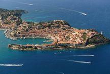 İtalya, Livorno / İtalya; yemeğin, şarabın, aşkın, modanın, inancın ve sanatın ülkesi.Her noktasında farklı bir kültür ve tarih barındıran İtalya'yı keşfetmeye ne dersiniz?İtalya'da atılan her adım, geçmişin yaşanmışlıkları ve sanatın elinin değdiği mekanlarla karşılaştırır sizi. İtalya'nın baş döndürücü egzotik sahileri ve plajları, enfes koyuları, turkuaz ve zümrüt yeşili suları, tarihi atmosferi ve doğal güzellikleriyle bir tatilden çok daha fazlasını vaat ediyor. Bu yaz İtalya plajları'nı keşfe var mısınız?