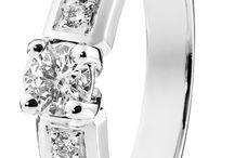 Aurora Diamonds | sormusuutuudet | Suomen Kultakello / Suomalaisena käsityönä valmistetut Aurora Diamonds -timanttisormukset ovat saatavilla vain ja ainoastaan Suomen Kultakellon liikkeistä. Tyylikkäät, kauniiksi huolella työstetyt ja laadukkaat sormukset valmistetan 18 k kelta-, valko- ja punakultaisina. Näiden timanttisormusten kruununa ovat tarkoin valitut jalokivet, joiden laatuluokitus on vähintään w/vs. www.suomenkultakello.fi Aleksanterinkatu 11, Helsinki Kuvat: Teemu Töyrylä