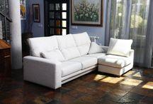 Sofá de tela Modelo Dakota de Fama / Modelo de sofá con respaldo alto y diseño que se adapta perfectamente a nuestro cuerpo.