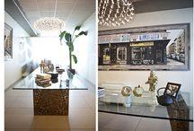 """MY WORK Light Comunication – Follow the triangle / Questa sala riunioni è stata progettata con tavolo sedie e lampadario che giocano sulla forma geometrica del triangolo: moltiplicato e intrecciato riverbera la luce che penetra dalla parete di vetro, inserita per sfruttare al meglio lo spazio del vano. Nel progetto di questo ufficio, Giorgia Mirabella si è occupata della scelta e fornitura di mobili, tutti acquistabili presso il suo showroom """"The Secret Home"""", della progettazione interna, dello studio colore."""