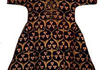 osmanlı kaftanları / Osmanlı Sultanlarının Tılsımlı Gömlekleri Osmanlı sultanlarının ayet, hadis ve sembollerle süslü her biri üç-dört yılda dokunan 'tılsımlı gömleklerinin sırrı hâlâ çözülemiyor. Uzmanlar, gömleklere işlenen şifrelerin Osmanlı tarihine ışık tutacağına inanıyor. Osmanlı padişahlarının savaşta galip gelmek, nazardan korunmak ve şifa bulmak için giyindikleri tılsımlı gömleklerin üzerindeki harf ve rakamların işaret ettiği anlam şimdilik bir sır.  Üstelik çözülemeyen yalnızca şifreler değil, kumaşların