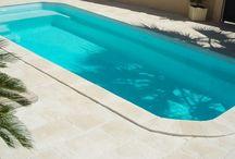 Piscines / Poolside / L'univers de la piscine : margelles de piscine, margelle design, dallage, bains de soleil et accessoires en pierre reconstituée et en béton fibré.