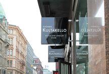 Suomen Kultakello   Aleksanterinkatu 11 / Suomen Kultakello on vuonna 1965 perustettu kello- ja jalometallialan yritys, joka on erikoistunut laadukkaiden  korujen ja sveitsiläisten kellojen myyntiin. Perheyrityksellä on 12 liikettä eri puolella Suomea.  Suomen Kultakellon uusi liike Helsingissä sijaitsee osoitteessa Aleksanterinkatu 11, perinteikkäällä jalometallialan liikkeiden pääostoskadulla.   Tiedustelut: Press & PR d'Oro   puh. +358 45 2738 099   toimisto@doromediapalvelu.com