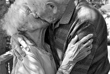 O amor é para sempre / Love is forever. Beautiful pictures of elderly couples | Lindas fotos de casais idosos. / by Noivas On Line