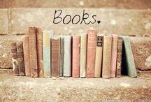 Kirjoja ja kirjahyllyjä