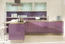 Lila Küchen / Wer auffallen möchte, entscheidet sich für die Farbe Lila in der Küche. Die Farbpalette reicht von zartem Flieder über Beere, Aubergine bis zu kräftigem Purpur.