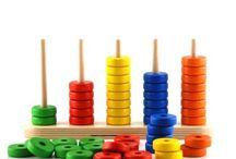 """Numeri e forme / Il numero è di per sé un concetto astratto. Nel periodo pre-scolare, quello che Piaget chiama """"preoperatorio"""", il bambino potrà, comunque, apprendere numeri e forme secondo le sue competenze. Associando grafemi e disegni di quantità e con i giusti giochi didattici in stile montessoriano, il bambino impara in fretta la successione dei numeri. Anche per le forme geometriche, puzzle e incastri di legno aiuteranno il piccolo a riconoscere cerchi e poligoni e a memorizzarne l'aspetto."""