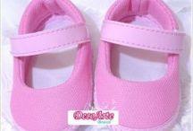 Sapatinho decorado / Sapato  decorado para bebê, ideias e dicas de materiais para decorar essas fofuras. Compre aqui os modelos base http://www.brasmarket.com.br/decoarte/sapato-para-personalizar-c-760.html / by Tonbo Nuske
