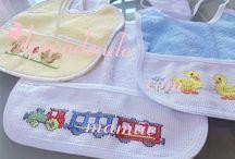 Babadores bordados em ponto cruz / Bordado em ponto cruz, artesanato, linha moulinè, babador, bebê, feito por mim
