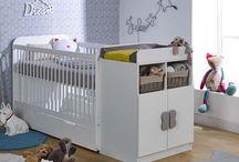 La collection Holly / #Nouveauté #Chambre #Bébé La collection Holly se compose principalement d'un #lit #évolutif aux multiples surprises ! En plus des barreaux amovibles qui transforme le berceau en lit enfant 90x190 cm, cette chambre comprend une #commode avec deux tiroirs et deux niches, ainsi qu'un plan à #langer. Compacte, la chambre Holly s'adapte parfaitement à tous les espaces.  A découvrir sur notre site : http://buff.ly/1sB2eZm