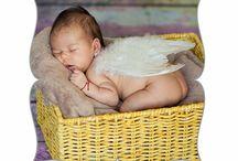 Sedinte foto bebelusi / Timpul zboara si bebelusii cresc intr-un ritm incredibil, nici nu o sa-ti dai seama cat de mare s-a facut si nu ai reusit sa salvezi momentele importante din cresterea lor.  Iti recomand ca in primul an pentru a surprinde etapele de crestere si dezvoltare ale bebelusului tau sa realizezi periodic o sedinta foto, nu iti spun asta ca fotograf, ci ca parinte.