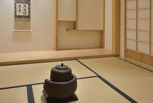 La Maison de Thé George Cannon L'Essence du Thé / Vitrine de notre savoir-faire, L'Essence du Thé est un lieu consacré au thé qui réunit un comptoir de vente où vous pourrez retrouver les références qui ont fait notre réputation, mais aussi un salon de dégustation où votre tasse de thé peut s'accompagner d'une restauration légère et de grande qualité. Le sous-sol est dédié au bien-être. Il se compose d'un espace bien-être et d'une maison de thé japonaise Cannon An dédiée à la cérémonie du thé « Cha No Yu ».