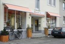 Der Laden von Plissee1fach.de / Seit dem 03.11.12 haben wir einen weiteren Ausstellungsraum und zeigen als Kadeco Premiumpartner in einer top aktuellen Ausstellung das komplette Sortiment an Sonnenschutz und Fensterdekorationen.