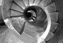 """I nostri prodotti / Da generazioni PM Scale è il partner di riferimento tanto per la vendita di scale per interni, quanto di scale esterne, per la produzione di scale a chiocciola e l'installazione di scale a giorno (scale in ferro e scale in acciaio) di ogni conformazione. L'Azienda provvede inoltre alla vendita, produzione e installazione di scale a sbalzo (note anche come """" scale sospese """")."""
