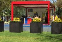 Stobag no jardim Keukenhof / O belíssimo jardim Visit Keukenhof, na Holanda, contou com a decoração de Rob Verlinden, especialista em jardinagem e apresentador do programa televisivo Robs Grote Tuinverbouwing. Inspirado pelas cores e contemporaneidade, Rob criou um cenário em estilo Mondrian, adaptando nossos produtos dentro do conceito. O Melano, recém-lançamento da nossa matriz, é o grande destaque do ambiente, onde se encaixa harmoniosamente.