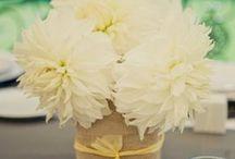 décor από λινάτσα / Για έναν ονειρικό γάμο. Για έναν απλό γάμο με décor σε ρομαντικό ύφος και vintage διάθεση μπορείτε να επιλέξετε να διακοσμήσετε με λινάτσα. Ανθοδέσμες, θήκες για τα μαχαιροπήρουνα, βάζα, κεριά, μπομπονιέρες, ακόμη και η αρρύθμιση των τραπεζιών της δεξίωσης,  μπορούν να γίνουν από αυτό το απλό ύφασμα, που με λίγη φαντασία μπορεί να ντύσει ονειρικά τις στιγμές του γάμου σας.