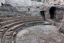 """Theatre: Odeon / """"het Odeon, een klein Romeins theater uit de tweede eeuw, deels onder de barokkerk San Caterina."""" Wikipedia"""