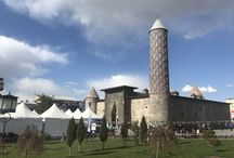 Yakutiye Medresesi - Erzurum /  Yapı olarak etkileyici bir mimariye sahip olan medreseyi, İlhanlılar zamanında Gazanhan ve Boluhan Hatun adına, Cemalleddin Hoca Yakut Gazani tarafından 1310 yılında yaptırıldığı söyleniyor. Selçuklu dönemi mimarisinin önemli eserlerinden biri olan medrese burgulu minaresiyle de dikkat çekiyor.