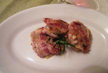 """""""Ricette in cucina"""" - Petti di quaglia in camicia / Ingredienti per 4 persone:  4 quaglie - 8 fette di bacon - rosmarino, salvia,timo - 2 chiodi di garofano - vino rosso - olio extra vergine di oliva - sale,pepe. Stendete le fette di bacon, distribuite la salvia, il rosmarino ed il timo, su ognuna adagiate un petto di quaglia e arrotolate. Versate un pò di olio in un tegame antiaderente, adagiare la carne e rosolatela da ambo i lati, sfumate con il vino e continuate la cottura a fuoco moderato per circa 7 minuti."""