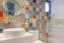 Azulejo para Banheiro / Inspire-se com um álbum repleto de ideias de azulejo para banheiro pequeno, tinta para azulejo banheiro e muitas inspirações de adesivo para azulejo de banheiro. Aproveite! #azulejoparabanheiro #azulejodebanheiro #tintaparaazulejo #decoracaocomazulejo