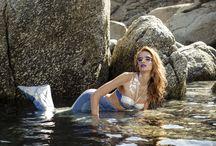 Mermaids (Sirene) / Prima mențiune documentară privind existența unor ființe jumătate pește jumătate om, numite sirene, este în Odiseea lui Homer. Sirenele erau de obicei trei la număr, jumătate femei, jumătate păsări (sau pești). Aveau voci minunate și prin cântecul lor, atrăgeau marinarii, care, pentru a le auzi cât mai de-aproape, ajungeau să-și sfărâme corăbiile de stânci.