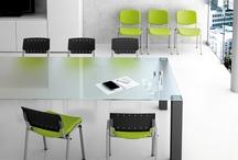 Flipper / Une chaise robuste proposant de multiples possibilités de finition combinées à un haut niveau de confort. Plusieurs versions au choix : Dossier et assise en hêtre vernis naturel, en polypropylène (noir, bleu RAL 5002 et vert RAL 5021), garnis de tissu ou version mixte assise tapissée, dossier polypropylène. Structure époxy noir, aluminium ou chromée. FLIPPER est empilable et crochetable.