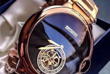 Relojes de oro y muchas joyas en su funcionamiento