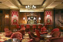 Coctelerías, bares, vermuterías, tabernas, clubs. / Espacios donde tomar una buena copa, un aperitivo, escuchar música en directo o, simplemente, disfrutar de una experiencia gastronómica.