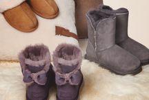 UGG Boots Neuheiten Herbst/Winter 2016 / Jetzt wird es kuschelig! Die Kollektion von UGG Australia hält diesen Winter neben den Klassikern auch neue Interpretationen der Lammfell-Boots bereit!  Wenn Ihr die UGG Boots schicker kombinieren möchten, greift zu einer dunklen Skinny Jeans (z.B. in neuen Samt- und Veloursoptiken!) und einer Bluse, welche Ihr mit einem farblich abgestimmten Mantel abrunden. ► http://bit.ly/KONEN-UGG-Boots-HW16