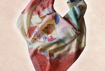 Hodvábne šatky / V našom sortimente nájdete ručne maľované hodvábne šatky, šály a kravaty. Používa sa pravý prírodný hodváb. Motiváciou našej tvorby je radosť z kreatívnej práce a rozvíjanie zmyslu pre krásu. Všetky výrobky sú zo 100% prírodného hodvábu a ručne lemované. Sú stálofarebné, maľované kvalitnými farbami na hodváb.