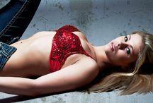 Paige Vanzant ialah petarung perempuan di UFC / Penggemar olahraga UFC tentu sudah tak asing lagi dengan perempuan yang satu ini. Paige Vanzant merupakan salah satu petarung perempuan UFC yang memiliki karir bagus. http://goo.gl/QhCF4E