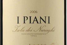 Wino - Włochy - Sardynia / Otoczona Morzem Śródziemnym, w swoich skalistych winnicach schowanych w górzystym krajobrazie, skupiona na dwóch wiodących odmianach: rześkiej białej Vermentino i owocowo-korzennej czerwonej Cannonau. Różnorodność win jest wręcz zdumiewająca. Od wytrawnego do szpiku, mineralnego Vermentino, miękkich i owocowych Monica i Cannonau, aż po słodkie jak miód Moscato i Malvasia. Największym oryginałem lokalnego winiarstwa jest Vernaccia di Tristano, produkowana w sposób podobny do Sherry.