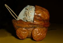 ARTESANIAS / ESAS ARTESANIAS Y OTRAS COSAS QUE TE MUESTRAN PERO QUE NADIE TE DICE COMO SE HACEN Artesanía es el arte de trabajar con las manos transformando la materia prima en un objeto...