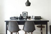 grijze stoelen en donkere tafel