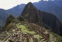 Pérou - le chemin des Incas / Le Pérou enchante par sa beauté et la grandeur de son histoire.  au nord, ses superbes villes coloniales telles Trujillo, ses sites précolombiens de Chan Chan, Chavín, le magnifique musée des Tombes royales des seigneurs de Sipan ; puis au sud, Lima la capitale, Nazca et ses lignes, Cusco, la cordillère des Andes et le Machu Picchu. La variété des paysages et des couleurs vous surprendront !