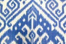 """IKAT / """"Ikat"""" kommt aus dem Malaiischen und bedeutet """"abbinden"""", """"umwickeln"""". Ikat ist eine Webtechnik, bei der das Garn vor Verarbeitung abschnittsweise eingefärbt wird. Ikat-Stoffe waren im 18. Jahrhundert in Europa unter dem Namen """"Chiné"""" als Kleidungsstoffe beliebt. Sie werden in Japan noch heute für hochwertige Kimonos benutzt. Im Interior Bereich wird Ikat vor allem für Kissenhüllen verwendet. Bei echten Ikat-Kissen ist das Muster eingewebt, nicht bloss drauf gedruckt."""
