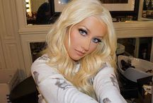 Christina Aguilera. / Christina María Aguilera er en amerikansk popsangerinne med latinamerikansk bakgrunn. Sammenlagt har hun solgt 42 millioner album. Wikipedia Høyde: 1,57 m Partner: Matthew Rutler (2010–) Barn: Max Liron Bratman, Summer Rain Rutler