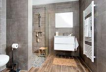 NatureLook badkamer / Heerlijk ontspannen in de NatureLook badkamer. Het witte keramiek in combinatie met in combinatie met de aardetinten zorgen voor een rustige uitstraling.