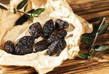 OLIVES THROUMPA THASSOS AOP / Dans l'île la plus septentrionale de la mer Égée, la verdoyante Thassos avec ses plages d'azur, sont cultivées depuis des siècles, avec amour et passion, les olives de la variété Throumpa Thassos AOP. C'est une variété d'olives noires distinctes, qui mûrissent sur l'arbre et ensuite sont récoltées à la main et traitées selon la vieille manière traditionnelle, avec de gros sel de mer.