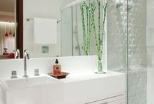 Banheiro branco com relevo